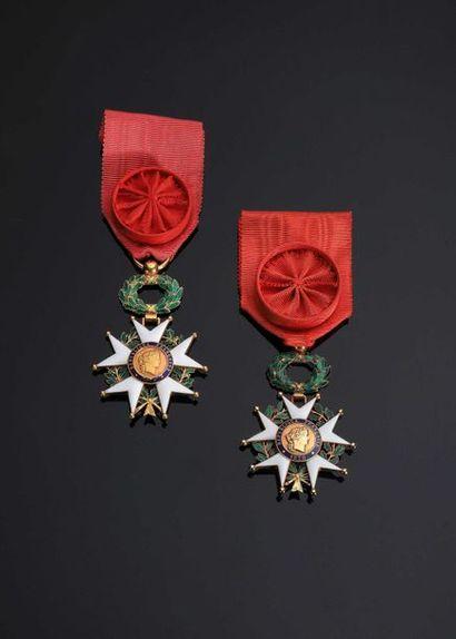 –IDEM-. Lot de 2 étoiles d'officier en or...