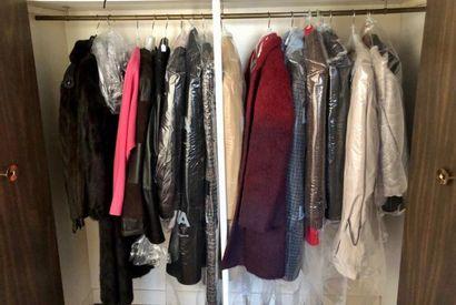 Un lot de manteaux féminins de taille 38...