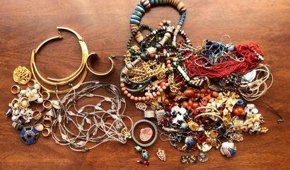 Un important lot de bijoux fantaisies  dont...