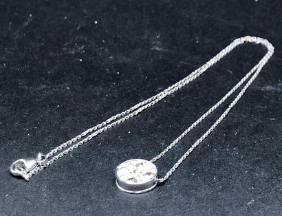 Collier en or gris 750°/00 composé d'un motif...