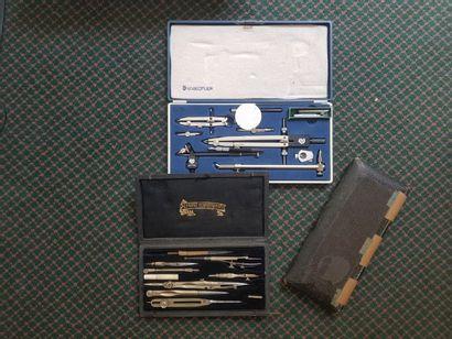 Trois étuis d'instruments à dessiner dont...