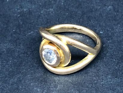 Bague en or jaune 750°/00 retenant un diamant...