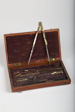 Deux boîtes d'instruments à dessiner avec...