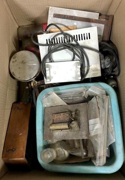 Important lot de pièces détachées, fournitures...