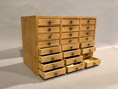 Une layette de 24 tiroirs avec son contenu,...