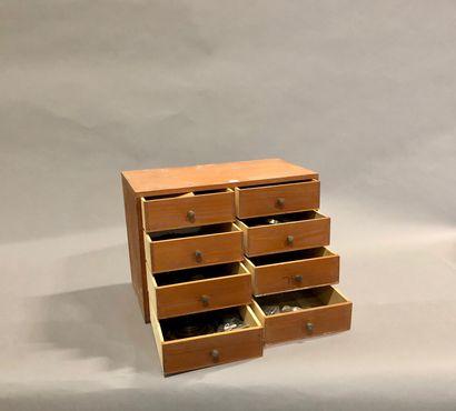 Une layette de 8 tiroirs avec son contenu...