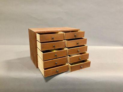 Une layette de 8 tiroirs avec ressorts de...