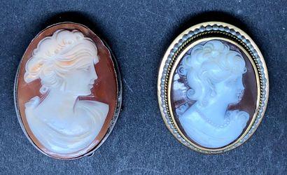 Deux broches ovales dont une montée en pendentif,...