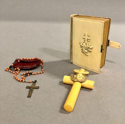 RELIGION: Lot d'une croix de baptême, 1 paroissien...