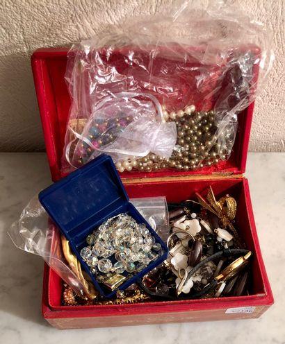 Petit lot de bijoux fantaisies : broches...