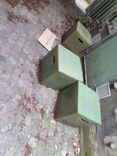 MOBILIER DE JARDIN  3 cubes de jardins de couleur vert cuivre  Usures  En l'éta...