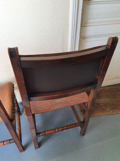 Suite de 4 chaises en chêne sculpté et teinté, dans le goût espagnol.  Garnies de...