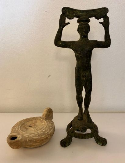"""Ensemble de deux objets """"dans le goût archéologique"""": lampe à huile en terre cuite..."""