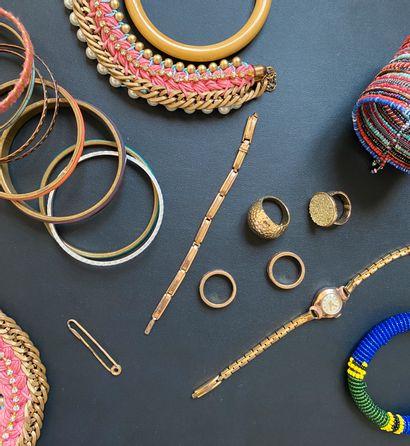 Ensemble de bijoux en métal doré textiles comprenant des bracelets, colliers, une...