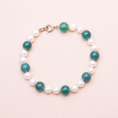 Bracelet en or jaune 500°/00 composé d'une alternance de perles de chrysoprase et...