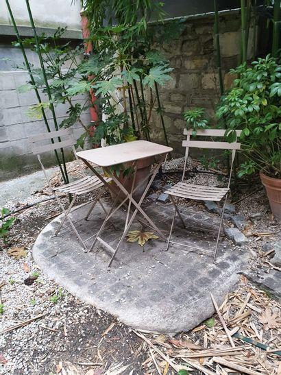 MOBILIER DE JARDIN  Un lot de 2 chaises de jardin et une petite table en métal peint...