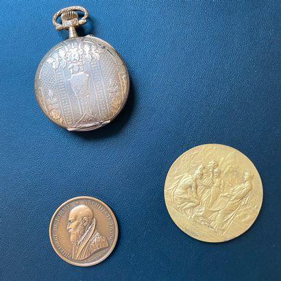 Ensemble comprenant : -une montre de poche montre de gousset en métal plaqué or...
