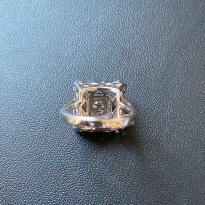 Bague au chaton carré en or blanc 750°/00 et platine sup 950°/00 serti de diamants...