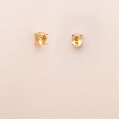 Paire de clous d'oreilles en or jaune 375°/00 chacun serti d'une citrine ovale taillée...