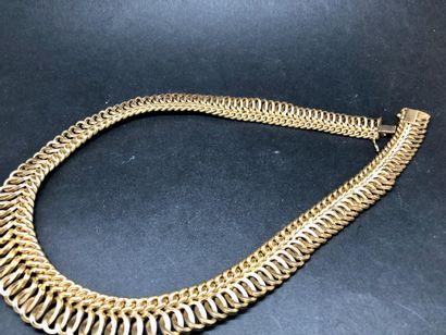 Collier ras du cou en or jaune 18k, à maille souple superposant 2 modèles de maillons:...