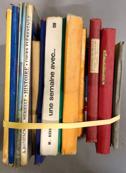 Livres d'enfant et livres scolaires.