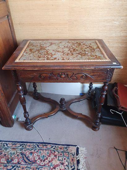 Un bureau d'appoint en chêne mouluré sculpté et entretoise de style Louis XIII  Broderie...