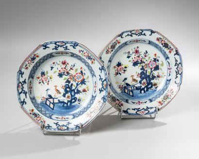 CHINE, Compagnie des Indes, XVIIIe siècle  Paire d'assiettes creuses en porcelaine...