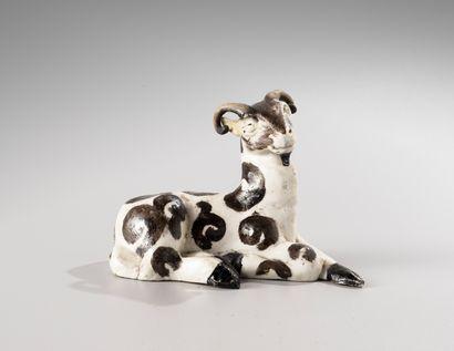 CHINE, XVIIIe siècle  Sujet en porcelaine émaillée blanc et noir, représentant  un...