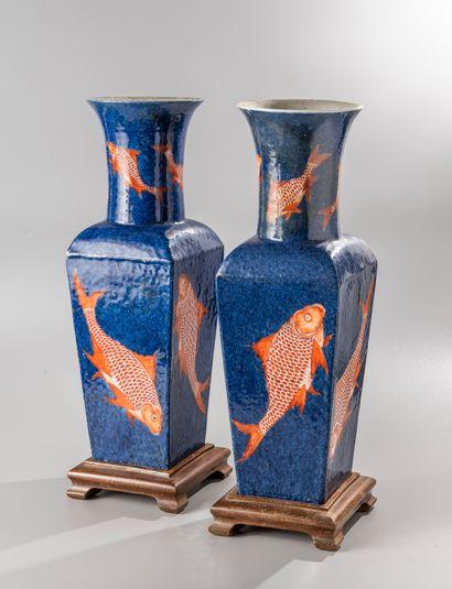 CHINE, marque et époque Kangxi  Paire de vases quadrangulaires à long col en porcelaine,...