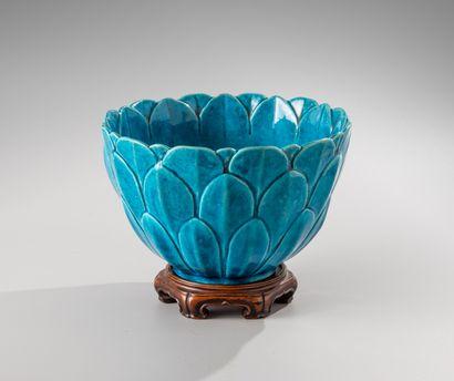 CHINE, XVIIIe siècle  Coupe reprenant la forme d'une fleur de lotus, en céramique...