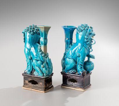 CHINE, XVIIIe siècle  Paire de porte-baguette à encens en céramique  émaillé bleu...
