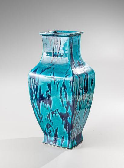 CHINE, époque Kangxi, XVIIIe siècle  Important vase balustre quadrangulaire en porcelaine...