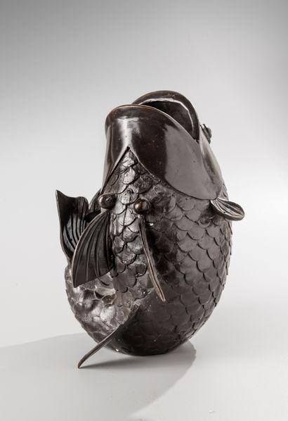Vase en bronze  à patine brune figurant un poisson.  Travail probablement japonais...