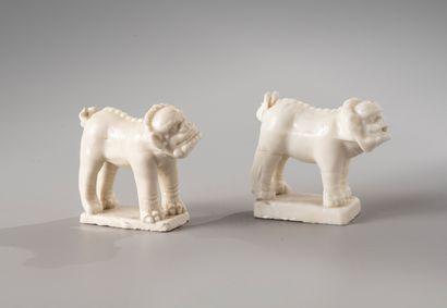 CHINE, période Kangxi, XVIIIe siècle  Paire de sujets en porcelaine Blanc de Chine,...