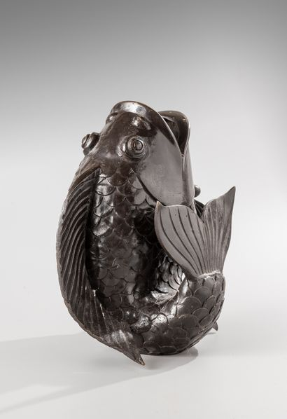 Vase en bronze  à patine brune figurant un...
