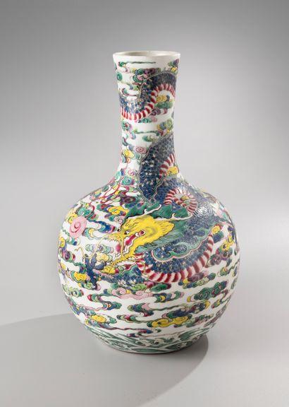 CHINE, XVIIIe siècle  Vase Tianqiuping en porcelaine et émaux de la Famille rose,...