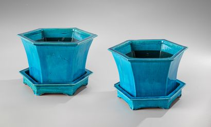 CHINE, fin XVIII-début XIXe siècle  Paire de jardinières en céramique émaillé turquoise,...