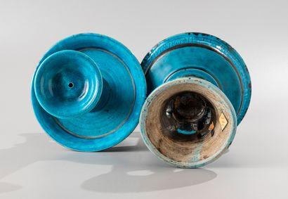 CHINE, XVIIIe siècle  Paire de bougeoirs en céramique  émaillée turquoise, la base...