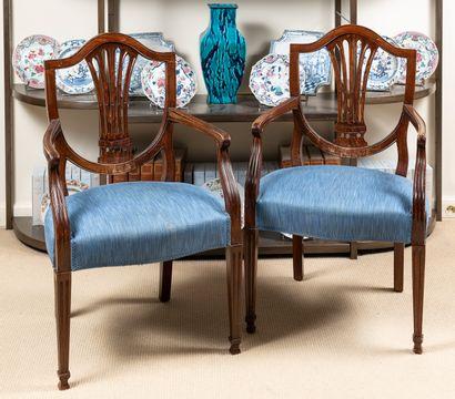 Suite de 4 chaises et d'une paire de fauteuils  en placage d'acajou à dossiers écusson,...