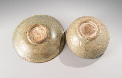 CHINE, période Ming, XV-XVIe siècle  Bol et coupe en céramique émaillée céladon,...