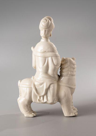 CHINE, XVIIIe siècle  Groupe en Blanc de Chine, représentant une jeune  femme au...