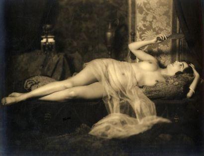 MANDEL Nu féminin au miroir, vers 1930. Tirage argentique d'époque, 16,9 x 21,8 cm...