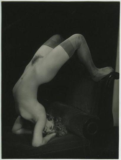 Photographe non identifié. Nu féminin acrobate, vers 1920. Tirage argentique d'époque,...