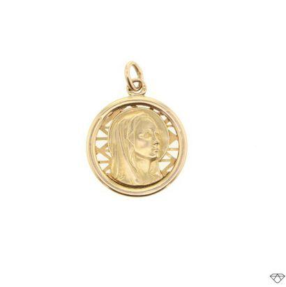 Médaille en or jaune 18K (750°/00) mat et...