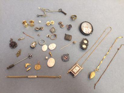 FANTAISIE: Lot de bijoux dont broches, paire...