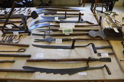 OUTILS DE LA FERME (FARM TOOLS) dont: couteaux...