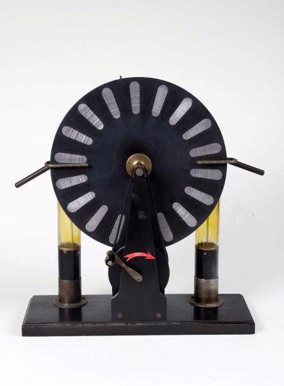 Machine de Wimshurst, H. 43 cm. L. 39.5 ...