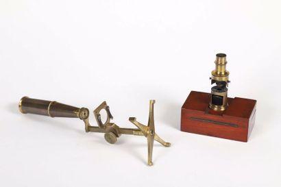 Deux microscopes de poche en laiton dont...