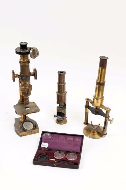 Trois microscopes en laiton dont un à pilier...