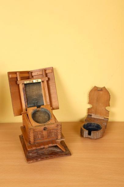 Deux porte-montres en bois dont un en forme...